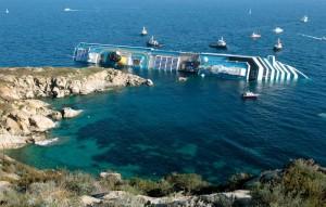 El Costa Concordia acostado en la isla Giglio. Un muy caro error humano.