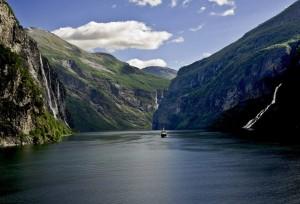 Fiordo de Geiranger, en Noruega. Hasta el crucero parece pequeño ante la inmensidad del paisaje. Foto de Monopod 33.