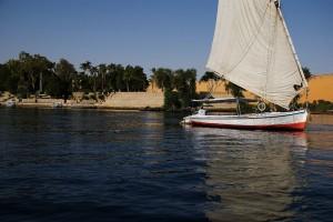 Presente y pasado de un país que merece un mejor porvenir. Falúa navegando en el Nilo. Foto de dar_417.