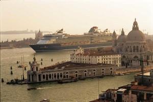 Crucero surcando las aguas de Venecia.