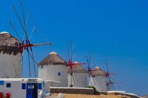 Molinos en la isla griega de Mykonos, una escala obligada en el Mar Egeo. Foto de Paddy GSmith.