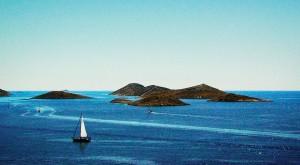 Vista del archipiélago de Kornatis. La costa dálmata es un collar de islas que corre paralelo a la costa con mil y un lugares con encanto. Foto de *helmen.