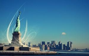 La imponenente Estatua de la Libertad mira a la ciudad de Nueva York.