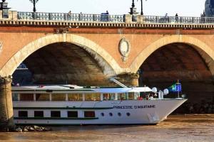 El Princesse d'Auitaine atraviesa uno de los puentes de Burdeos. Foto de r Jonathan d[-_-]b.