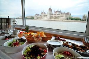 Cruceros gastronómicos, una verdadera delicia. En la foto, uno por el Danubio frente a Budapest.