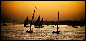 Falúas sobre el Nilo mientras atardece. Gran foto de leo cediel.
