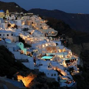 Escala en la isla griega de Santorini, famosa por sus casitas blancas con techos azules.