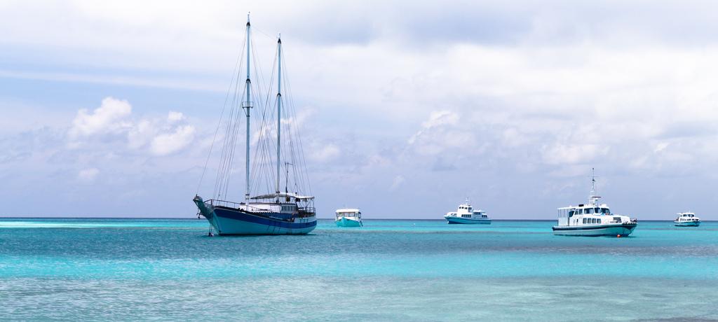 Algunos pequeños veleros para recorrer las islas Maldivas en un crucero de ensueño. Foto de Laurent57ls.