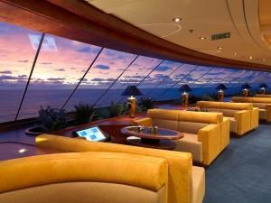 Los espacios comunes son amplios y cuidados, las vistas panorámicas están mucho más presentes en los cruceros de lujo al tratarse de barcos con menos pasajeros.
